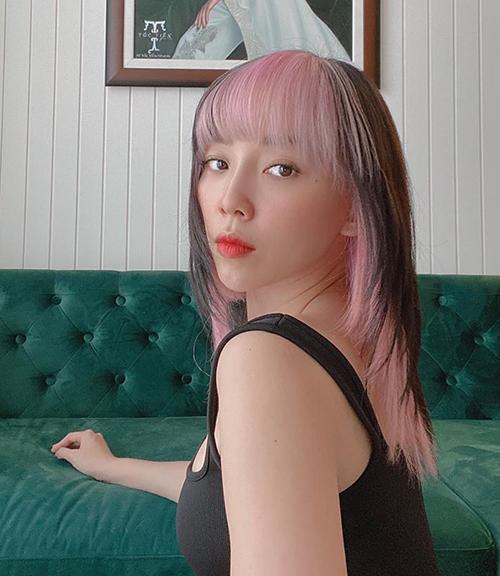 Mái tóc black pink của Tóc Tiên được nhuộm theo kiểu hai lớp với lớp ngoài màu đen cơ bản, phía trong tẩy tông hồng neon. Phần đuôi tóc tỉa so le đúng phong cách đang mốt ở Hàn Quốc. Cùng với lần thay đổi này, Tóc Tiên cũng tâm sự muốn diện mạo đặc biệt hơn thay vì bình thường như trước.