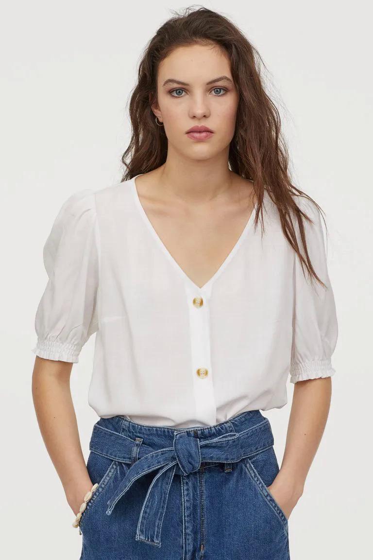 Thương hiệu thời trang đến từ Thụy Điển có mức giá mềm mại hơn Zara, mẫu mã cũng thay đổi liên tục nên với 500k, bạn dễ dàng sắm được vài món đồ hè xinh xắn. Chiếc sơ mi cổ tim giá 300k hợp với cả đi làm và đi chơi.