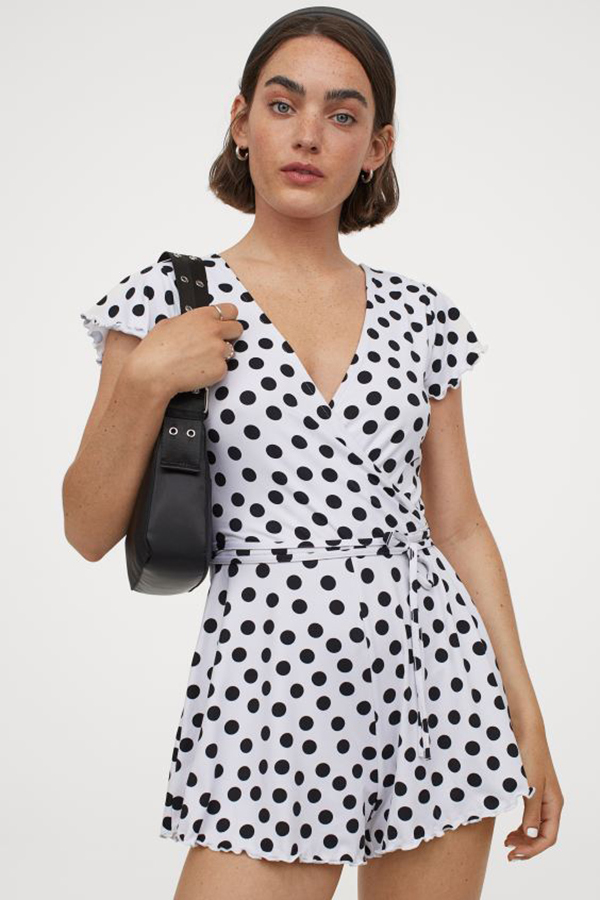 H&M còn có nhiều mẫu playsuit phom dáng cực Tây, chất liệu mát mẻ để bạn tha hồ vi vu trong mùa nóng. Trong hình là bộ đồ liền họa tiết chấm bi cổ điển, giá 350k.