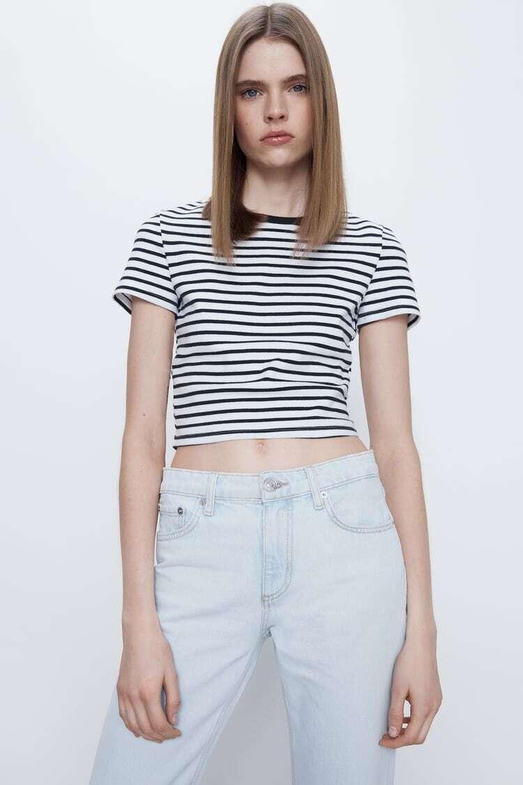 Chiếc croptop kẻ ngang giá 200k là lựa chọn đáng sắm cho những cô gái theo đuổi phong cách năng động, cá tính. Ở Zara Việt Nam, bạn cũng có thể tìm thấy nhiều kiểu áo phông chất cotton mát mẻ, kiểu dáng thời thượng với giá cũng dưới 500k.