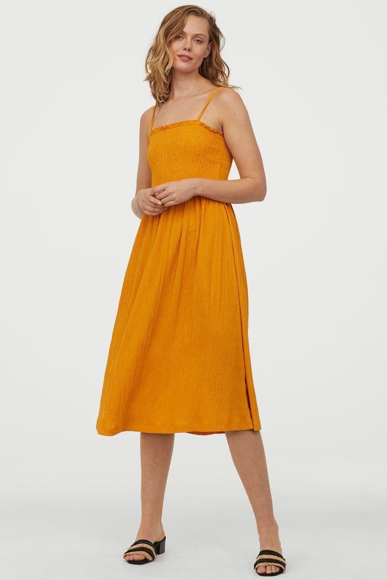 Hàng loạt mẫu mã váy vóc tràn ngập sắc màu, kiểu dáng mát mẻ cũng sẽ khiến bạn muốn rước về ngay lập tức. Đừng lo cháy túi vì những chiếc đầm này cũng có giá chỉ khoảng 350k.