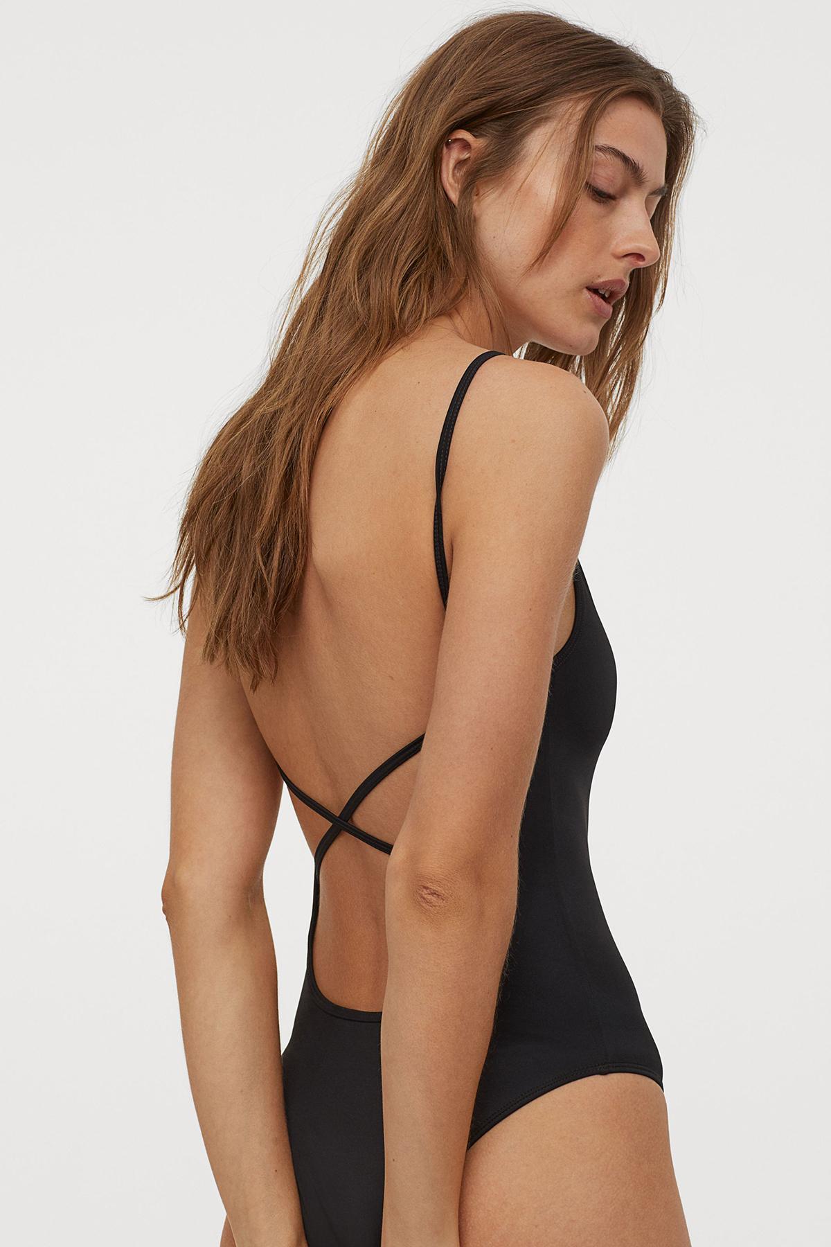 Đang muốn tìm bodysuit đi biển, đừng quên đến H&M vì bạn cũng sẽ có không ít lựa chọn. Dáng đồ tắm một mảnh khoét hông cao giá 350k còn có thể phối cùng quần jeans để dạo phố.