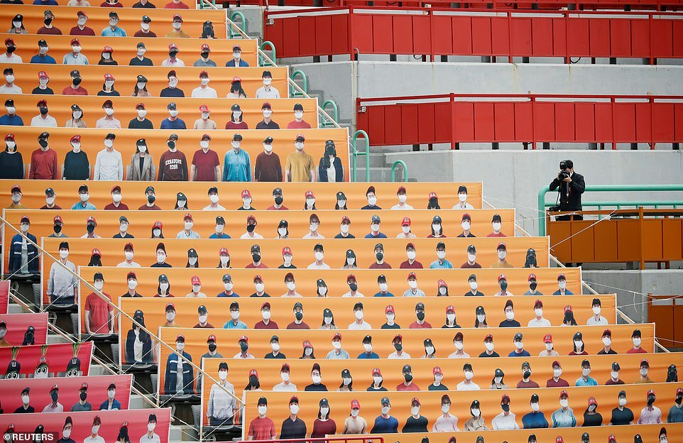 Giải bóng chày Hàn Quốc dùng ảnh minh họa che kín khán đài