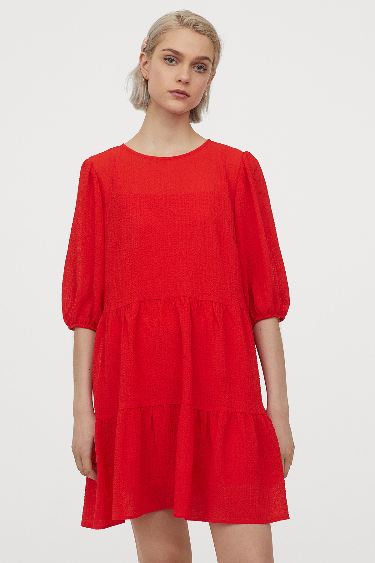 500k cũng là giá của chiếc váy đỏ dáng suông - món đồ không kén dáng, kén da, thích hợp với mọi cô gái trong ngày hè.