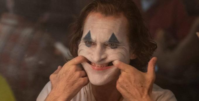 <p><strong>Joker</strong></p>  <p>Để thể hiệnchân dung gã hề tâm thần,Joaquin Phoenix đã phải học... cười theo nhiều cách khác nhau, từ khúc khích đến giật cục, điên loạn. Ngoài ra, tài tử còn phải xem rất nhiều đoạn tư liệu về những bệnh nhân mắc chứng rối loạn, cười không kiểm soát giống nhân vật của anh trong phim.</p>