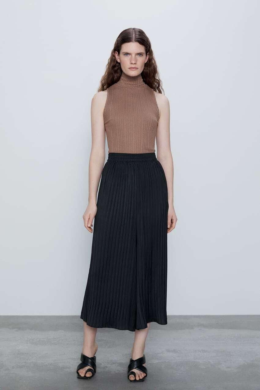 Quần xếp ly ống rộng giả váy giá 400k có ưu điểm là rất thoáng mát, giấu được nhược điểm đôi chân, đặc biệt mang đi biển thì cực kỳ lý tưởng.