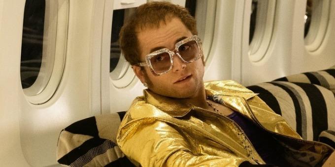 """<p><strong>Rocketman</strong></p>  <p>Đây là bộ phim tiểu sử về huyền thoại âm nhạc Elton John, Taron Egerton được chọn tái hiện chân dung của ông. Để có diện mạo giống """"bản gốc"""", nhân viên hóa trang đã thuyết phục Egerton cạo bớt tóc trên trán để trông giống bị hói. Khi xem ảnh tạo hình hoàn chỉnh của Egerton, Elton John nói ông ngỡ rằng đang nhìn thấy chính mình thời trẻ.</p>"""