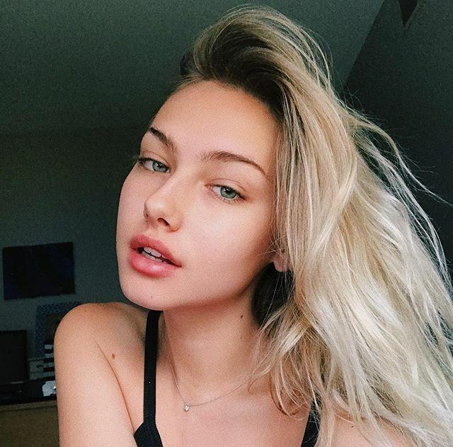 Đi kèm theo kiểu tóc rối là gương mặt trang điểm thật nhẹ nhàng hoặc thậm chí không makeup, giúp tôn lên vẻ sexy ngay khi vùa ngủ dậy.