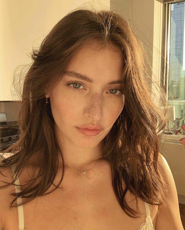 Không cần cầu kỳ chải chuốt, hàng loạt hot girl Instagram đều thích để tóc lưa thưa, mặc cho những sợi tóc tha hồ tung bay.