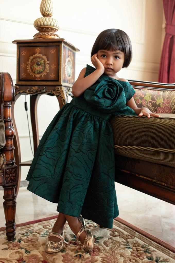 """<p class=""""Normal""""><span>Trang phục lấy phom xoè làm chủ đạo, mang đến cảm giác thoải mái. Phần thân váy được tạo điểm nhấn với chi tiết hoa hồng 3D to bản. Nền vải với những hoạ tiết in chìm càng giúp mẫu váy thêm phần đặc biệt.</span></p>"""