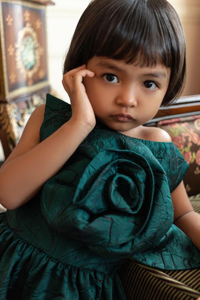 """<p class=""""Normal""""><span>Đỗ Mạnh Cườnglựa chọn nhiều màu sắc cho con như: trắng, xanh lá, xanh ngọc, xanh da trời, vàng, hồng. Các màu sắc đều phù hợp với làn da nâu khoẻ khoắn của Linh Đan.</span></p>"""