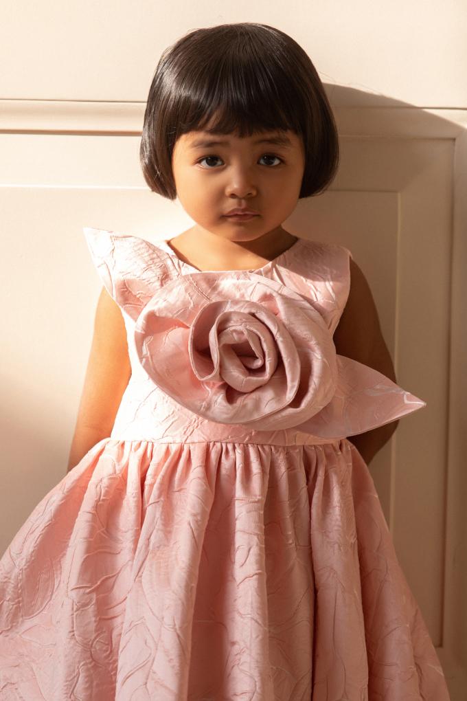 """<p class=""""Normal""""><span>Ngoài việc làm mẫu ảnh, Linh Đan còn được bố dạy cả đi catwalk.</span></p>"""