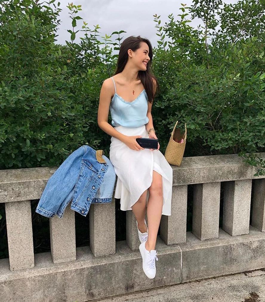 Áo hai dây là món đồ khó thiếu với các cô gái trong mùa nóng. Với chất liệu satin thoáng mát, phái đẹp tha hồ đi du lịch mà không lo bức bí mồ hôi.