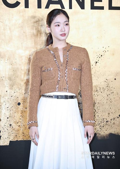 Dù không quá đình đám như Jennie, G-Dragon..., Kim Go Eun vẫn được nhà mốt Chanel tin tưởng và là đại sứ thương hiệu tại Hàn Quốc hai năm nay. Trên các diễn đàn, khí chất thời trang độc đáo của nữ diễn viên Quân vương bất diệt đang được Knet chú ý.