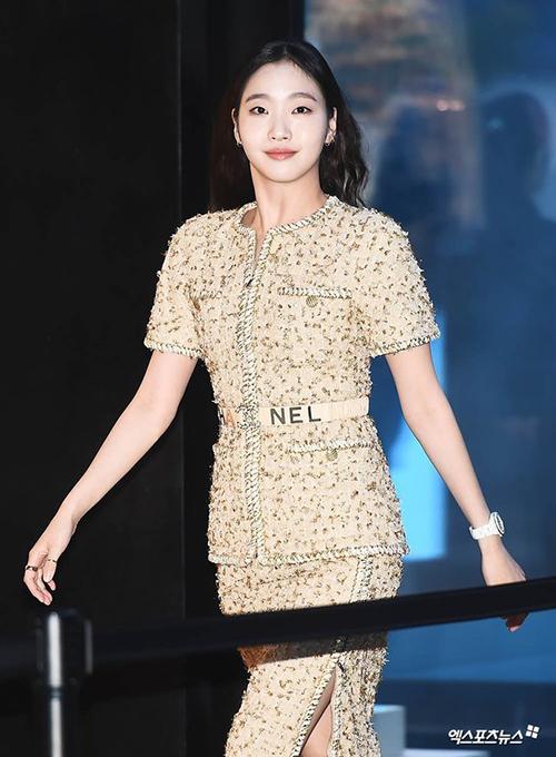 Kim Go Eun vốn bị nhiều người chê bai nhan sắc, tuy nhiên thần thái độc đáo của cô là điều khó bàn cãi. Khán giả nhận xét, ở nữ diễn viên toát lên nét cổ điển và thanh lịch, rất phù hợp với tiêu chí của Chanel.