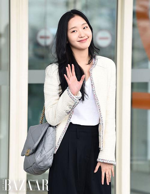 Không ít lần ra sân bay, cô mặc những cây đồ của nhà mốt Pháp với tổng giá trị hàng trăm triệu đồng.