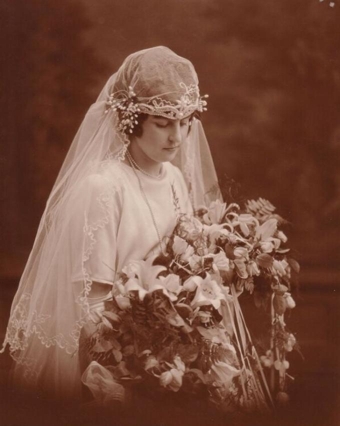 <p>Bà ngoại tôi lộng lẫy trong trang phục cưới năm 1924.</p>