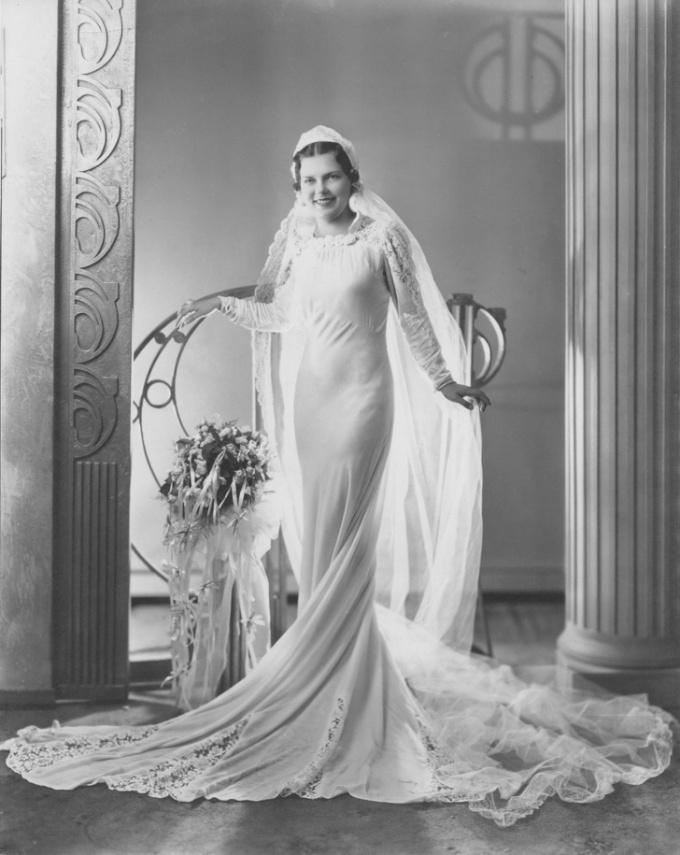 <p>Bức ảnh cưới bà tôi chụp vào giữa năm 1930.</p>
