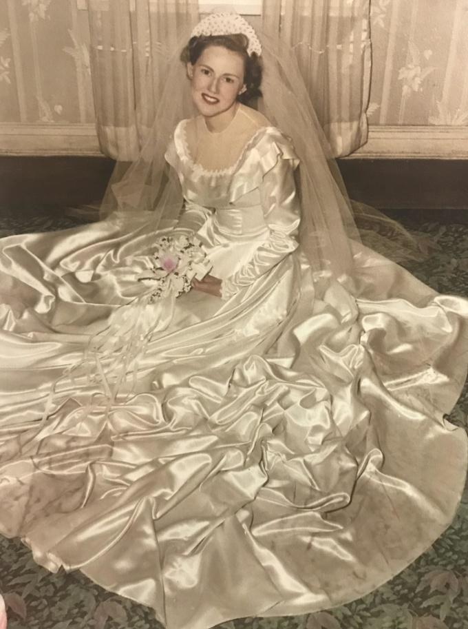 <p>New York năm 1945, chiếc váy cưới được bà tôi tự thiết kế khi học ngành thời trang.</p>