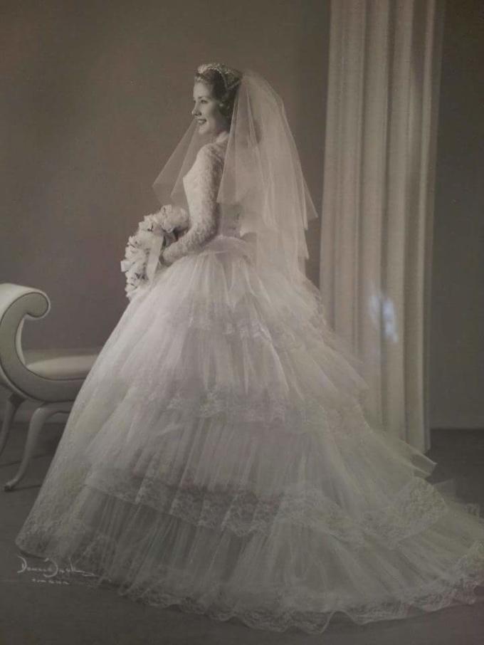 <p>Bà tôi thật xinh đẹp trong chiếc váy cưới năm 1957.</p>