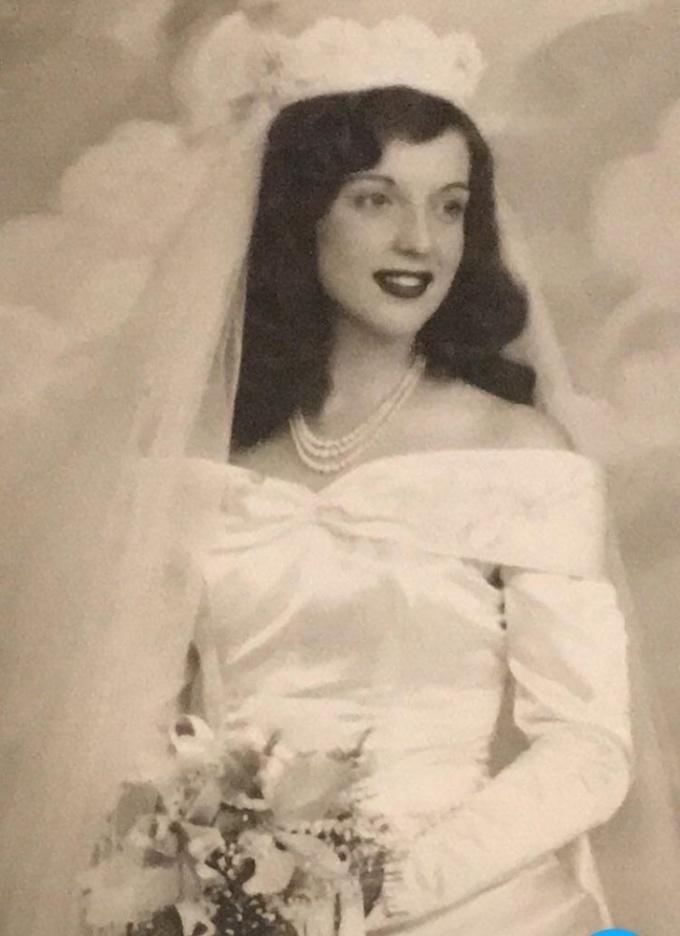 """<p class=""""Normal"""">Năm naybà tôi đã 91 tuổi. Tôi nghĩ nênchia sẻ bức ảnh này của bà từ ngày cưới. Bà vẫn đẹp như ngày còn trẻ.</p>"""