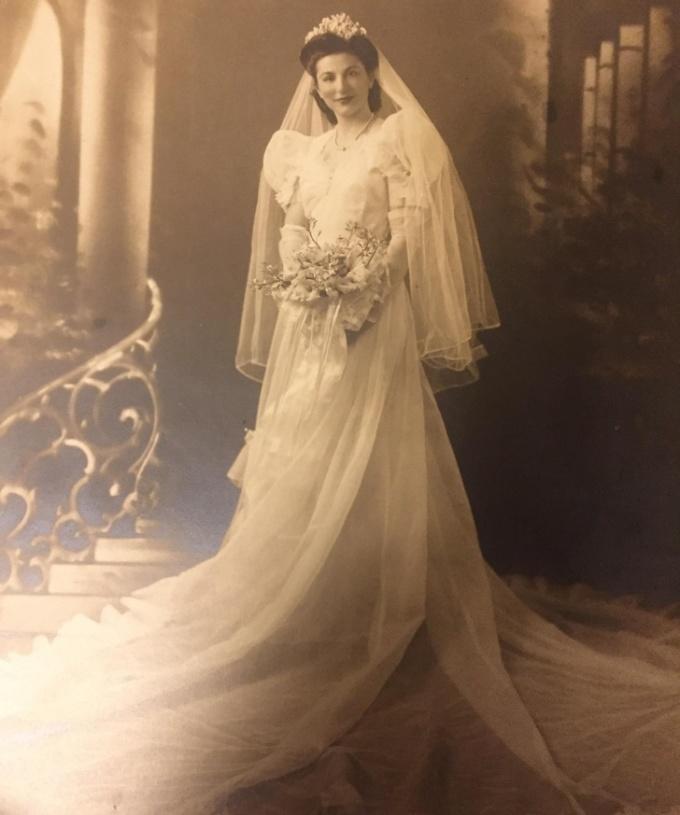 """<p class=""""Normal"""">Bà tôi trông thật rạng rỡ trong ngày cưới năm 1940, dù ngoài trời đangbão tuyết.</p>"""