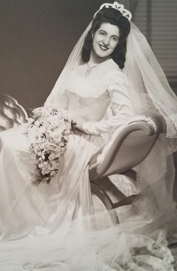 """<p class=""""Normal"""">Bà cố của tôi là ngườiSicilia và đây là bức hình cưới bà chụp vào năm 1940.</p>"""