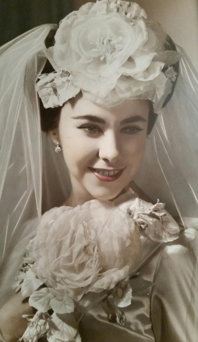 <p>Đây là bức hình cưới bà tôi chụp vào năm 1945, khi bà vừa tròn 18 tuổi.</p>