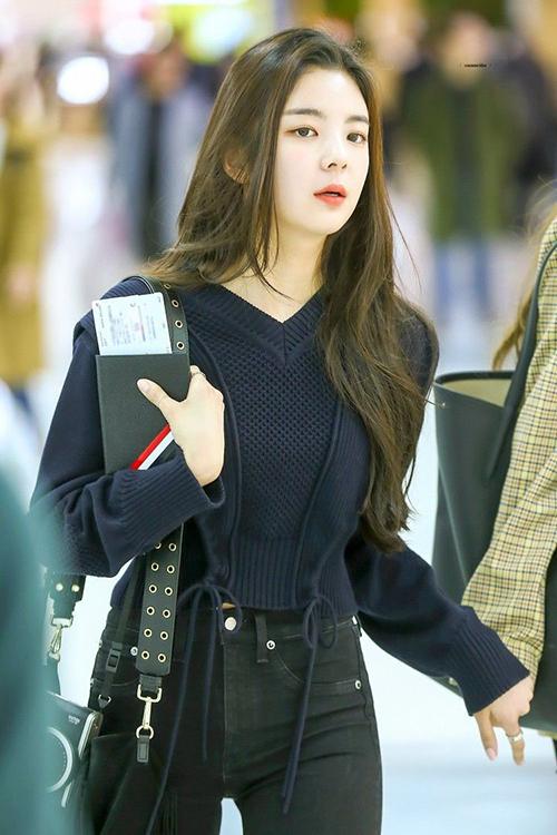Có vóc dáng và gương mặt đẹp, Lia chẳng cần mặc đồ cầu kỳ ra sân bay nhưng vẫn dễ dàng lọt vào nhiều ống kính.