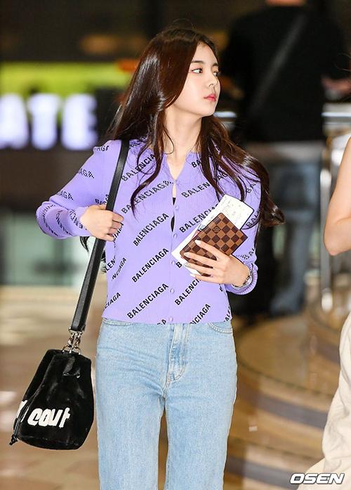 Một điểm chung khác trong phong cách của Lia và Jennie là dùng đồ kiểu dáng tối giản nhưng vẫn đến từ những thương hiệu cao cấp.