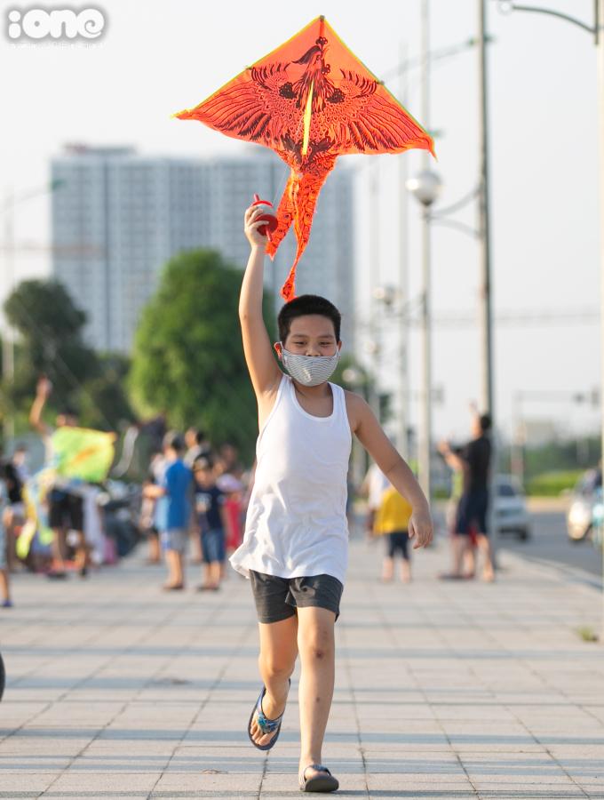 """<p class=""""Normal"""">Nguyễn Đình Khang, lớp 5 trường tiểu học Nghĩa Đô đang cố gắngchạy đà để lấy gió giúp con diều bay cao hơn.</p>"""