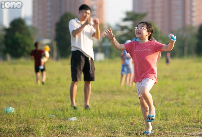 <p>Bé gái nhảy cẫng lên sung sướng khi thấy con diều của mình bay lên cao.</p>