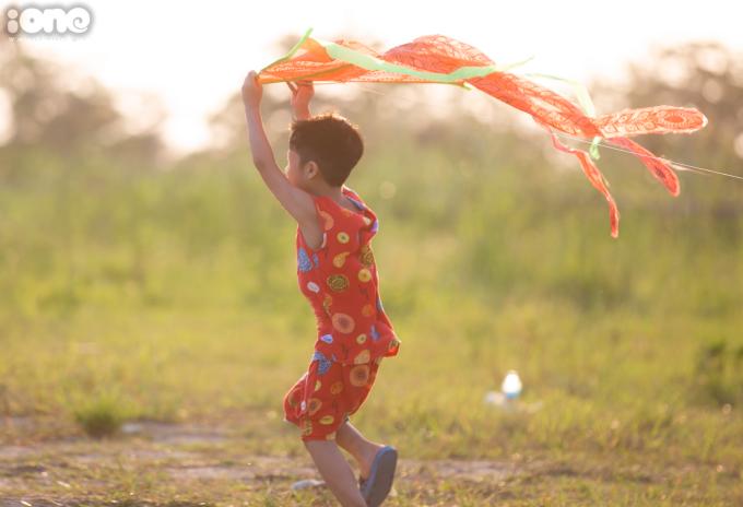 """<p class=""""Normal""""><span>Thả diều vốn là trò chơi gắn liền với trẻ em nông thôn, nhưng nay các emnhỏ ở thành thị cũng được trải nghiệm trò chơi này.</span></p>"""