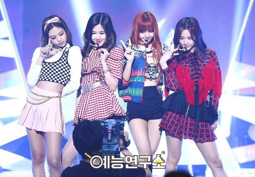 Từ trước đến nay, Black Pink nổi tiếng có đồ diễn đẹp mắt tuy nhiên ít sự đồng đều. Không ít lần các thành viên mặc đồ lạc quẻ, mỗi người một kiểu, trong đó người thường xuyên được ưu ái diện đồ đẹp nhất là Jennie.