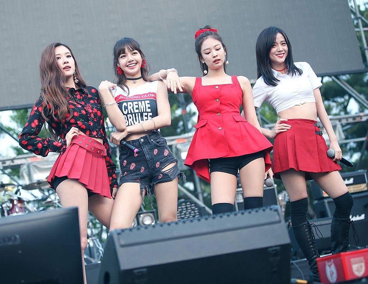 Cũng có khi Jennie chịu lép vế trước ba thành viên với những bộ đồ ngắn cũn kém sang.