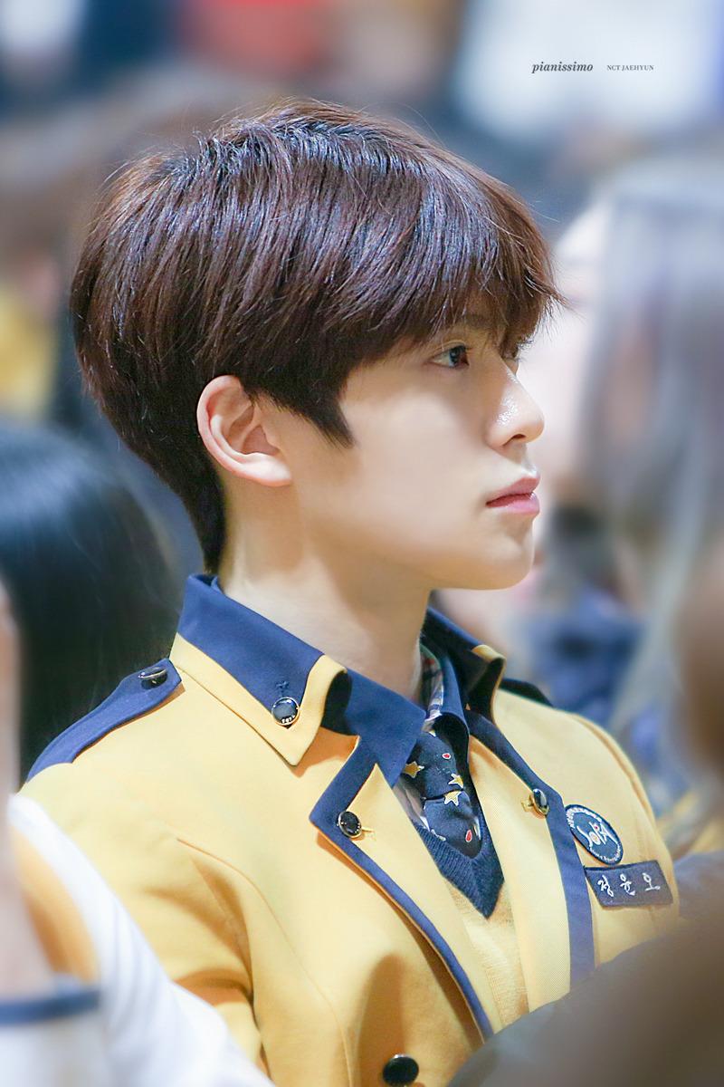 Bức ảnh Jae Hyun trong lễ tốt nghiệp cấp 3 được coi là huyền thoai. Mỹ nam SM được ví như chàng hotboy trường học mà bất cứ cô gái nào cũng thầm thương trộm nhớ. Thành viên NCT không trang điểm vẫn thu hút mọi ánh nhìn với tỉ lệ gương mặt hoàn hảo nhưng tượng điêu khắc, làn da trắng căng mịn.