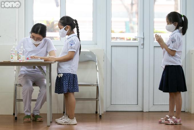 """<p class=""""Normal"""">""""Trong trường hợp các con có biểu hiện sốt, nhiệt độ trên 37,5 độ, Nhà trường tập trung các con vào một phòng để các nhân viên y tế kiểm tra thân nhiệt các con một lần nữa. Nếu các con có biểu hiện ốm sốt, Nhà trường sẽ liên lạc lại với gia đình để đưa các con đến bệnh viện kiểm tra lại"""" - cô Bích Nga chia sẻ.</p>"""
