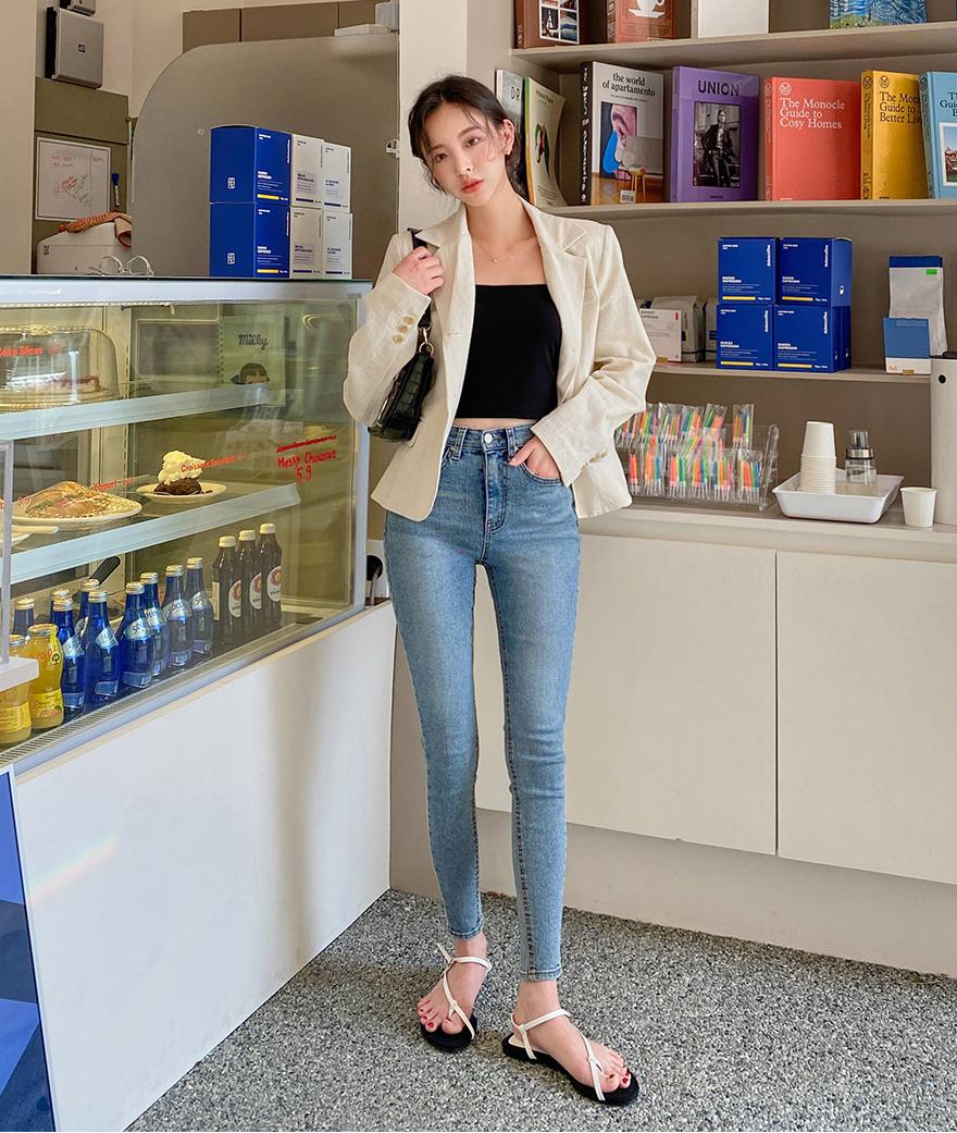 Skinny là kiểu quần có độ co giãn cao, ôm sát vào đôi chân giống hệt một chiếc legging, tuy nhiên cứng cáp hơn vì làm từ chất liệu denim. Đây là kiểu quần thịnh hành nhiều năm nay dù không phải là trang phục tối ưu trong việc khoe vóc dáng. Skinny jeans rất kén dáng. Nếu chân quá phì nhiêu khi mặc trông sẽ lộ hết khuyết điểm, còn nếu chân gầy tong teo, chiếc quần này lại khiến bạn trông càng khẳng khiu hơn. Vì vậy, skinny jeans chỉ hợp với những nàng có đôi chân thẳng, thon nhỏ vừa đủ, đặc biệt là có hông nở để tránh việc trông lép kẹp như học sinh tiểu học.