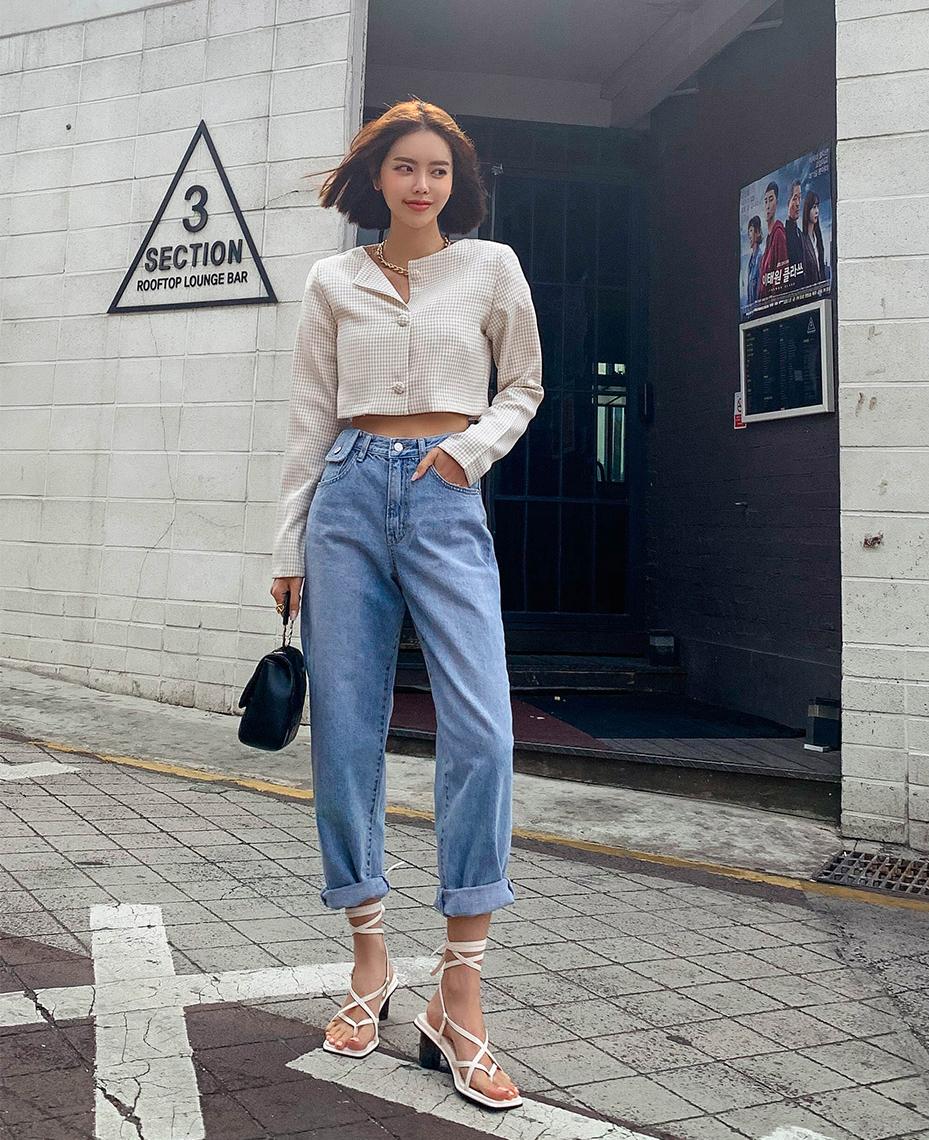 Mom jeans có đặc trưng là cạp cao, hông và đùi rộng rãi, ống bó dần khi xuống đến mắt cá chân. Kiểu quần này tưởng như giấu dáng tốt nhưng lại là khắc tinh của những nàng có hông và vòng ba lớn. Khi mặc, thân dưới của bạn trông càng đồ sộ hơn. Quần mom jeans nên áp dụng với những nàng có bụng mỡ vì giúp che vòng hai hiệu quả.