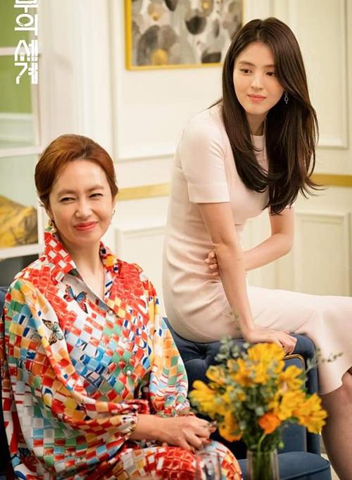 Dù vậy, việc diện váy ôm trơn màu quá thường xuyên lại khiến Da Kyung trở nên nhàm chán. Diện mạo của cô nàng từ ở nhà cho đến ra phố hay thậm chí tham gia các buổi tiệc cũng không có mấy khác biệt.