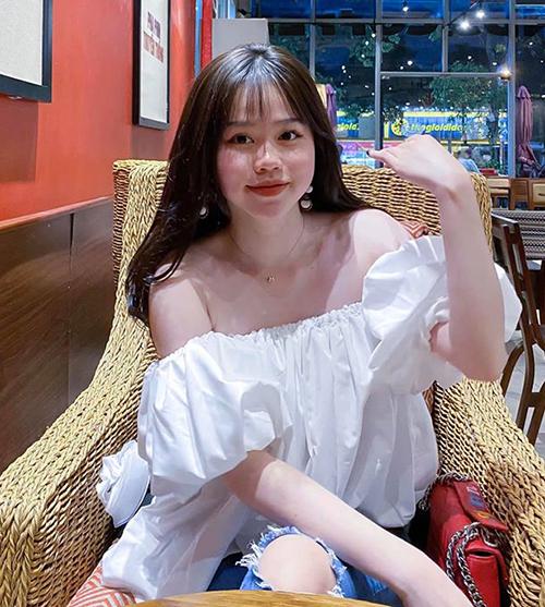 Tình mới Quang Hải được khen xinh xắn, trẻ trung, diện đồ sexy nhưng vẫn phù hợp độ tuổi.