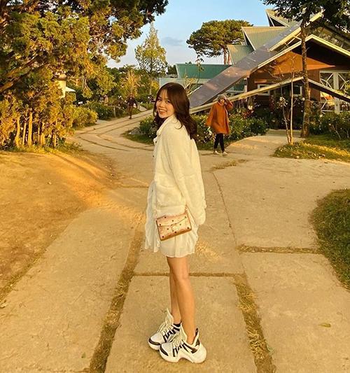 Trong một chuyến du lịch, cô gái 21 tuổi diện đôiLouis Vuitton Archlight