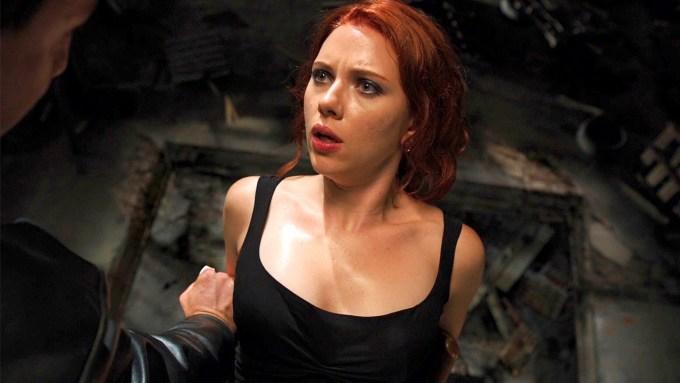 <p>Khi Joss Whedon nhận ghế đạo diễn, anh đã thay đổi kha khá nội dung trong kịch bản gốc. Đầu phim có cảnh 3 gã đàn ông đang tra hỏi Black Widow khi cô bị trói ngồi trên ghế. Ban đầu, người bị trói phải là Hawkeye.</p>