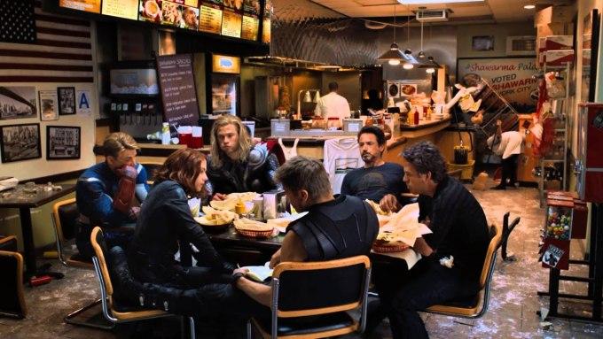 <p>Cảnh after-credit trong <em>The Avengers </em>(2012) được thêm vào phút chót. Sau khi giải cứu thế giới thành công, các siêu anh hùng đi ăn tại nhà hàng Shawarma Palace. Cảnh này thực chất không có trong kịch bản gốc. Đoàn phim đã nhanh chóng quay thêm sau buổi ra mắt.</p>