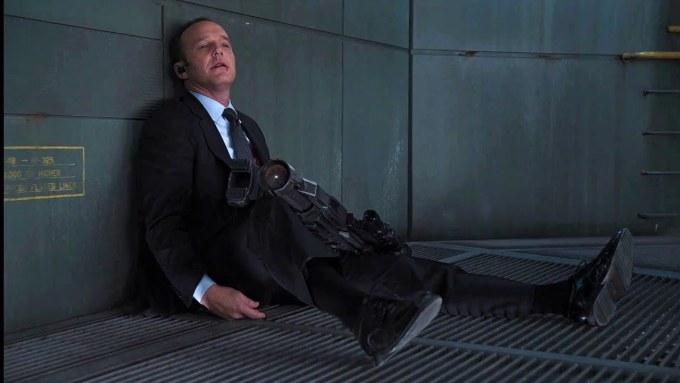 <p>Cảnh đặc vụ Coulson chết suýt nữa khiến bộ phim bị Hiệp hội Điện ảnhxếp hạng 18+. Theo kịch bản, Loki dùng quyền trượng đâm sâu vào ngực Coulson. Nhưng đạo diễn đã sửa lại bản phim 3 lần để cảnh này trông bớt ghê rợn hơn, giúp phim được xếp hạng PG-13 phù hợp với mọi đối tượng.</p>