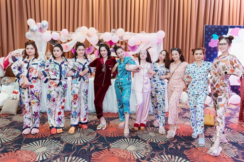 Thay vì lên đồ dạ hội sang trọng, nữ ca sĩ Di Băng (pyjama đỏ) lại tổ chức tiệc ngủ cùng hội chị em. Cả nhóm đồng loạt mặc pyjama họa tiết nhí nhảnh, tạo dáng nhí nhố để có những bức ảnh để đời.