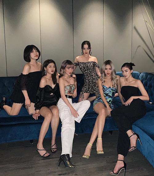 Nhóm bạn thân của Quỳnh Anh Shyn gồm loạt gương mặt đình đám trong giới thời trang như Chi Pu, Sa Lim, Sun Ht... Hội gái xinh, sành điệu đã chơi với nhau chục năm có lẻ nhưng vẫn rất thân thiết. Đều là những cô nàng sành điệu nên dress code của cả nhóm khi dự tiệc sinh nhật Quỳnh Anh Shyn cũng không giống ai. Ý tưởng trang phục họa tiết da động vật xen kẽ tông đen giúp các cô gái có diện mạo hiện đại, khỏe khoắn như các cô gái Âu Mỹ.