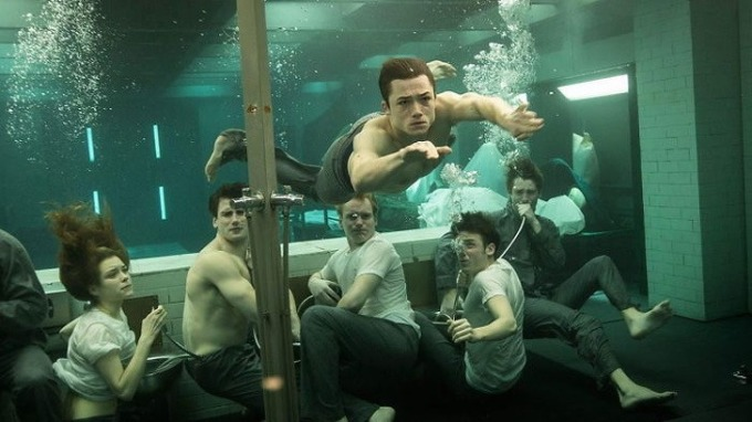 """<p class=""""Normal""""><em>Kingsman: The Secret Service</em> có cảnh căn phòng bất ngờ bị xả ngập nước. Nhiệm vụ của các điệp vụ tập sự là tìm lối thoát trước khi chết đuối.</p>  <p class=""""Normal"""">Theo đạo diễn Matthew Vaughn, việc quay dưới nước là trải nghiệm khó nhất trong sự nghiệp của anh. Trong ngày đầu tiên, một sự cố đã xảy ra: vì một lỗi máy tính, toàn bộ đoàn phim và mọi thứ bị nhấn chìm trong nước. """"Lúc đó diễn viên hoàn toàn không diễn, họ hoảng loạn thật sự"""", Matthew nói.</p>"""