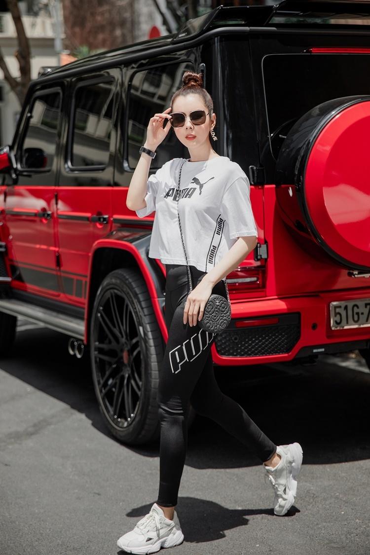 Phụ kiện kính mắt và túi xách Chanel tạo điểm nhấn cho tổng thể.