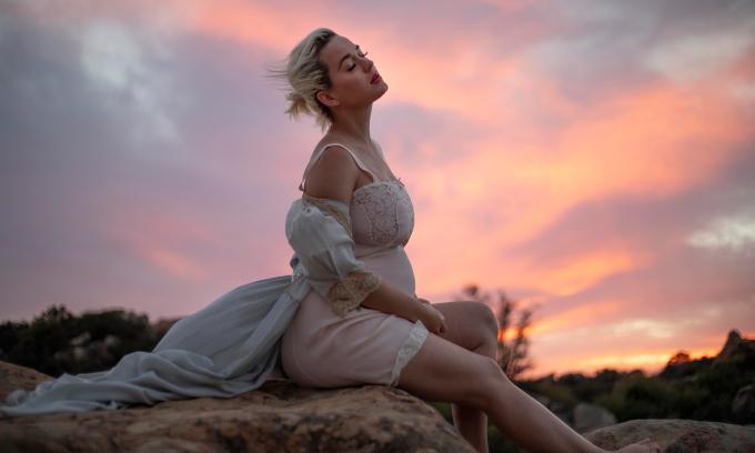 Katy Perry khỏa thân khoe bụng bầu trong MV mới